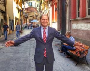 Olaf Scholz vor der Kaffeebörse in Santos